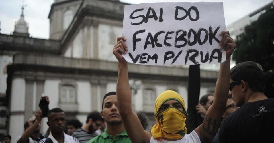17.jun.2013 - Protesto no Rio reúne cerca de 100 mil pessoas nesta segunda-feira (17), segundo estimativa da Coppe/UFRJ. Os manifestantes que seguiram da Cinelândia para a Alerj (Assembleia Legislativa do Rio de Janeiro) envolveram-se em uma confusão iniciada após a explosão de uma bomba