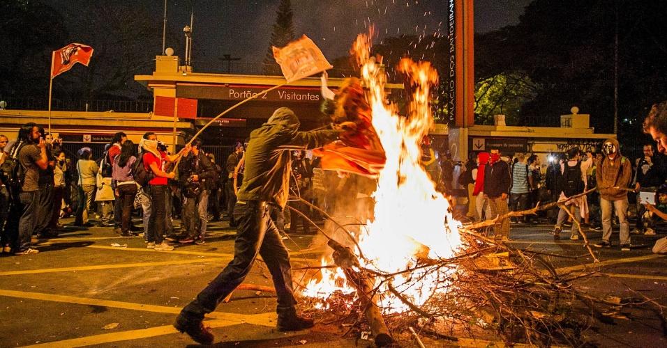 17.jun.2013 - Após uma passeata pacífica pelas principais vias da capital paulista na noite desta segunda-feira (17), um grupo de manifestantes tentou invadir o Palácio dos Bandeirantes, sede do governo do Estado de São Paulo, no Morumbi, zona oeste da cidade