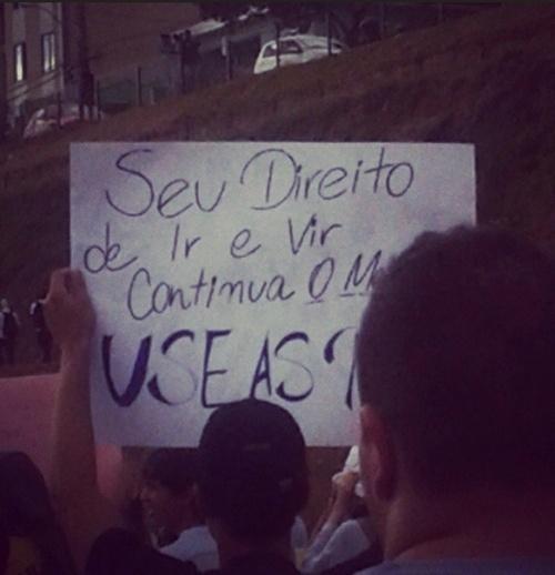 17.jun.2013 - Cartaz parcialmente coberto dizia: ?Seu direito de ir e vir continua o mesmo. Use as pernas!?. A foto foi publicada pela usuária @renatalima91 no Instagram. A imagem é do protesto em Belo Horizonte
