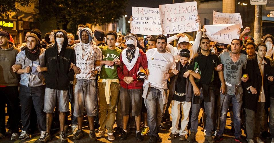 17.jun.2013 - Em São Paulo, manifestantes contra o aumento da tarifa do transporte coletivo fazem marcha pela rua da capital