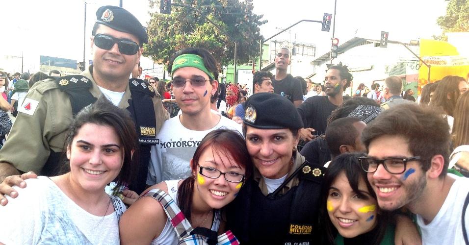 17.jun.2013 - Coronel Cláudia Romualdo, comandante do policiamento de Belo Horizonte, posa junto com manifestantes durante manifestação na cidade. Apesar de ter começado de forma pacífica, o protesto que reuniu em torno de 30 mil pessoas foi marcado por confrontos entre policiais e manifestantes
