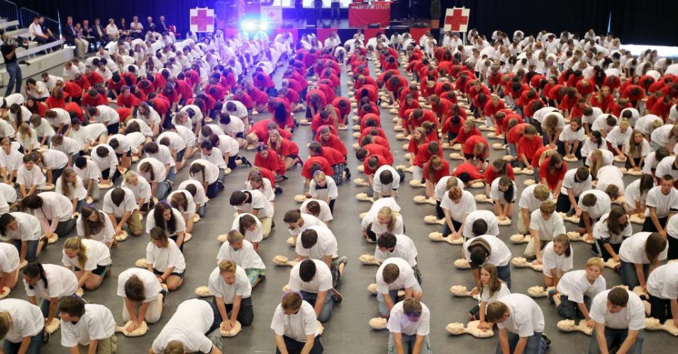 18.jun.2013 - Cerca de 600 alunos realizam exercício de reanimação de bonecos, em Lingen, na Alemanha, nesta terça-feira (18), em uma tentativa de se estabelecer um novo recorde de reanimação simultânea de bonecos