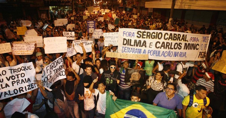 18.jun.2013 - Em São Gonçalo, na região metropolitana do Rio de Janeiro, manifestantes protestam nesta terça-feira (18) contra o aumento das passagens de ônibus, o custo de vida, a corrupção e a condição dos serviços públicos