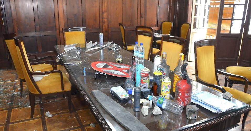 18.jun.2013 - Garrafas e latas sobre mesa do Palácio Tiradentes, que abriga a Alerj (Assembleia Legislativa do Estado do Rio de Janeiro), nesta terça-feira. O palácio teve as dependências depredadas por grupo de manifestantes durante protestos no Rio de Janeiro nesta segunda