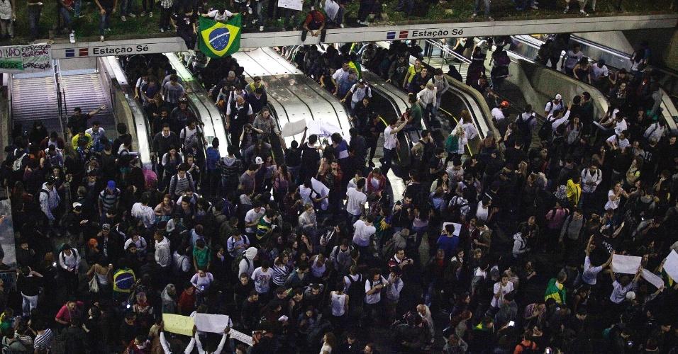 18.jun.2013 - Manifestantes se concentram na estação Sé do metrô, na Praça da Sé, no centro de São Paulo (SP), na tarde desta terça-feira (18), no sexto dia de protestos. A manifestação que começou contra o aumento das passagens de ônibus, trem e metrô na cidade, organizado pelo Movimento Passe Livre, abraçou outras causas. O protesto realizado na noite desta segunda-feira (17) reuniu mais de 60 mil pessoas na capital paulista e foi pacífico por quase todo o trajeto. No fim da noite, um grupo tentou invadir o Palácio do Governo, na zona sul, e foi reprimido pela polícia