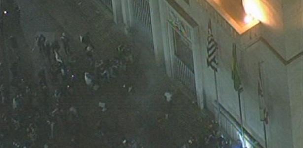 Manifestantes tentam invadir a sede da Prefeitura de São Paulo, no centro da cidade, na tarde desta terça