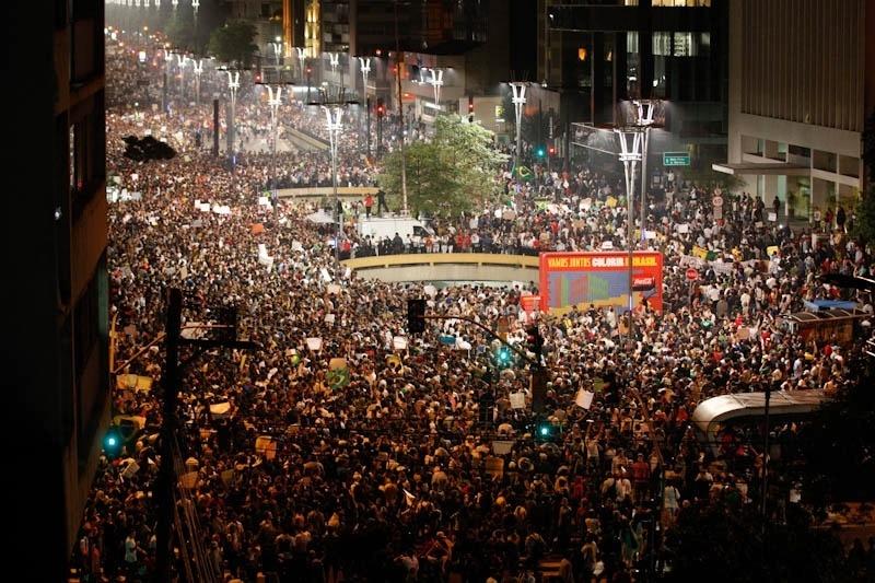 18.jun.2013 - Milhares de manifestantes chegam à avenida Paulista durante mais uma noite de protesto em São Paulo (SP). O clima é pacífico na avenida