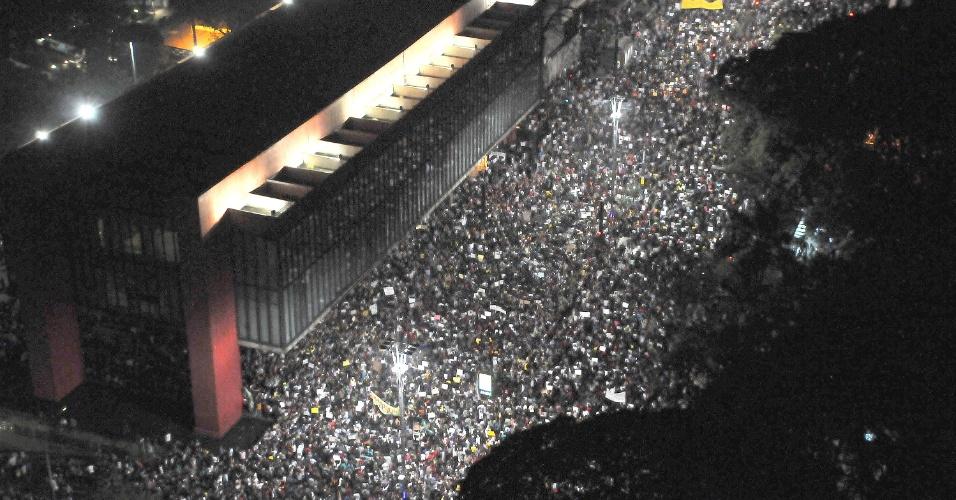 18.jun.2013 - Milhares de manifestantes se reúnem na avenida Paulista durante novo protesto contra o aumento das passagens no centro de São Paulo (SP), entre outras reivindicações, nesta terça-feira (18). Este é o sexto ato contra o aumento do preço do transporte na cidade