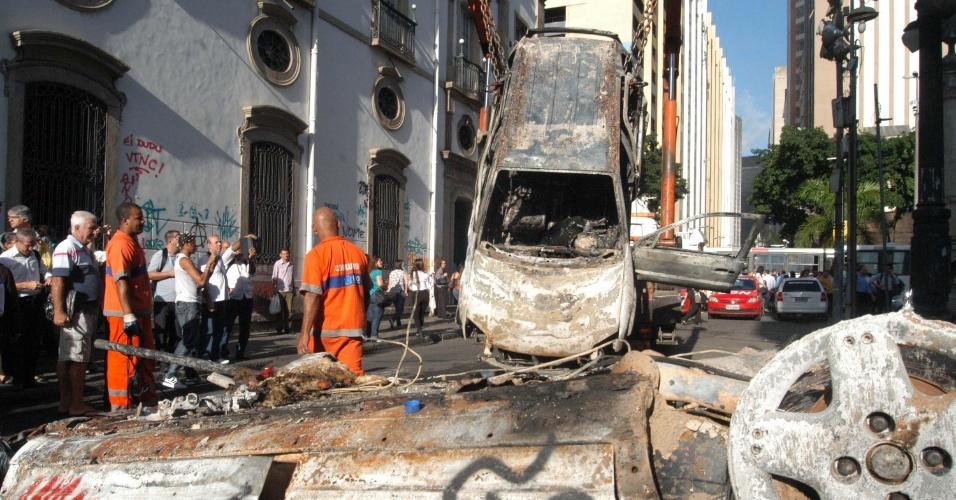 18.jun.2013 - Um grupo de manifestantes que participava de marcha pelas ruas do Rio nesta segunda-feira (17) incendiou dois carros que estavam parados em uma rua próxima a Alerj (Assembleia Legislativa do Rio de Janeiro)