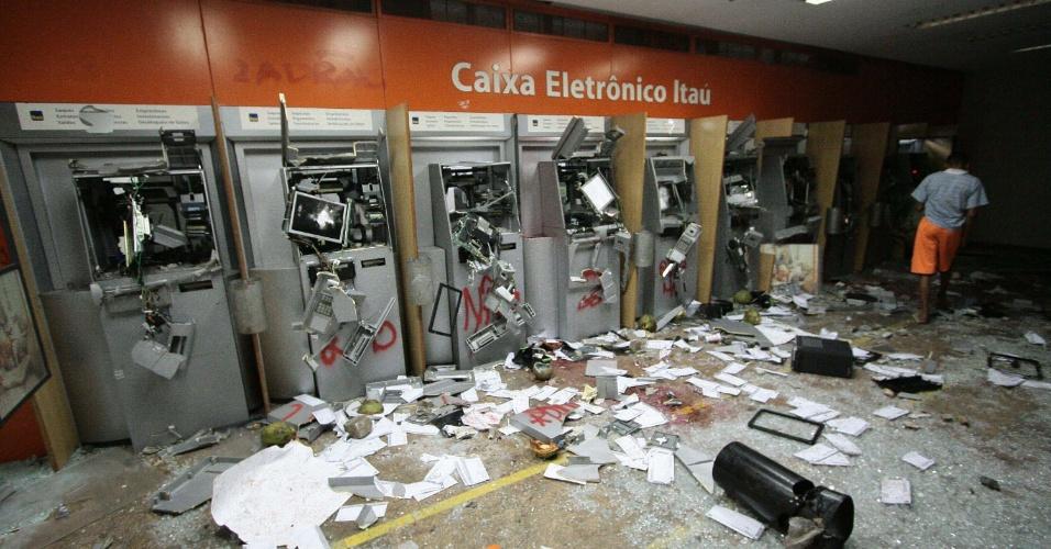 18.jun.2013 - Uma agência bancária foi depredada por um grupo de manifestantes que participavam de marcha pelas ruas do centro do Rio, nesta segunda-feira (17)