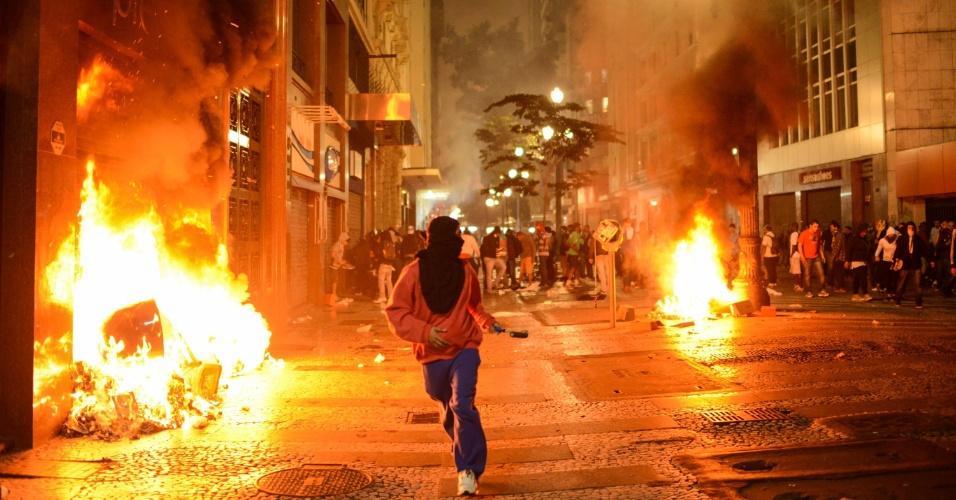 18.jun.2013 - Vândalos tacam fogo em estabelecimentos comerciais no centro de São Paulo (SP), palco de mais uma noite de manifestação na cidade