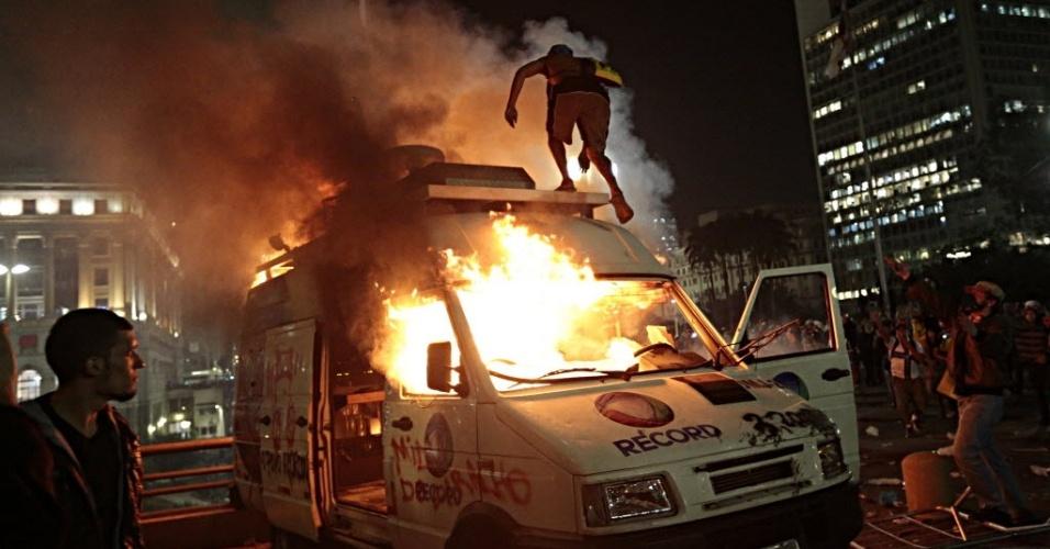18.jun.2013 - Veículo da TV Record estacionado em frente à Prefeitura de São Paulo é incendiado nesta terça-feira (18), no sexto dia dos protestos que começaram contra o aumento da tarifa do transporte coletivo. Um grupo tentou invadir o local, e houve confronto com a Guarda Civil Metropolitana