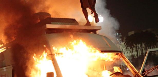 Veículo da TV Record estacionado em frente à Prefeitura de São Paulo é incendiado