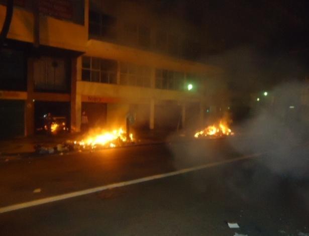 18.jun.2013 - Avenida Afonso Pena, em Belo Horizonte (MG), tem pontos de fogo após agência do Banco do Brasil ser depredada no fim da noite desta terça-feira (18)