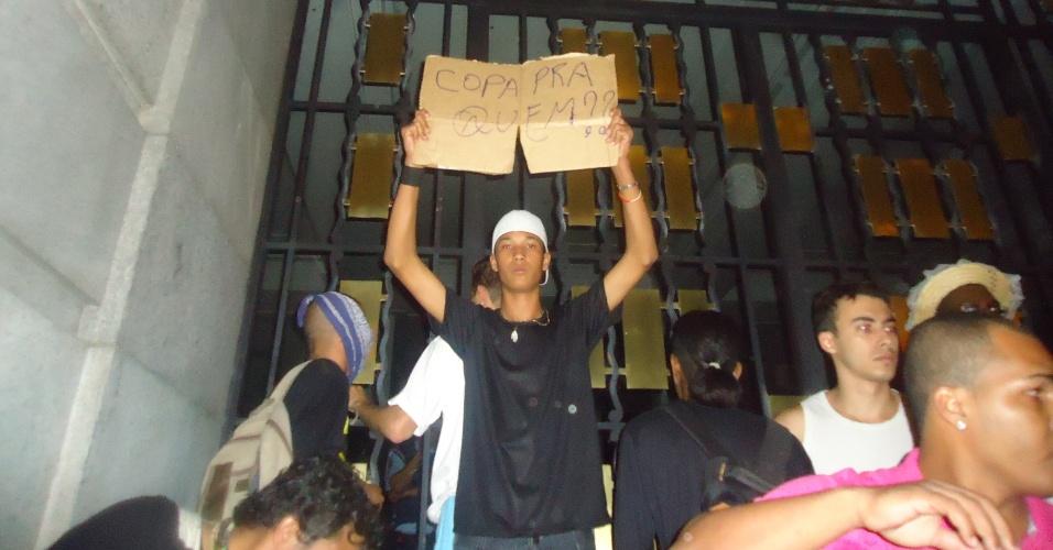 18.jun.2013 - Manifestante em frente ao prédio da Prefeitura de Belo Horizonte, na avenida Afonso Pena, questiona a realização da Copa do Mundo no país
