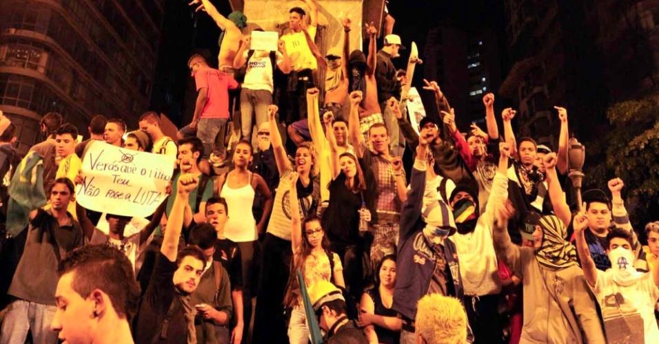18.jun.2013 - Manifestantes se reúnem no centro de Belo Horizonte na noite de terça-feira (18) contra o aumento da tarifa de ônibus. O segundo dia seguido de protestos na cidade terminou com vandalismo e ação da tropa de choque da Polícia Militar, que chegou por volta das 0h30 ao centro para conter um grupo de manifestantes que quebrou vidraças de lojas e bancos