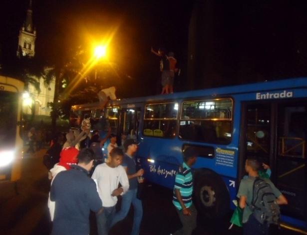 18.jun.2013 - Ônibus é tomado por grupo no fim da noite desta terça-feira (18) na avenida Afonso Pena com a rua Espirito Santo durante momento de caos e ausência de policiamento no centro de Belo Horizonte (MG). O segundo dia seguido de protestos na cidade terminou na madrugada desta quarta-feira (19) com vandalismo e ação da tropa de choque da Polícia Militar, que chegou por volta das 0h30 ao centro para conter um grupo de manifestantes, que quebrou vidraças de lojas e bancos