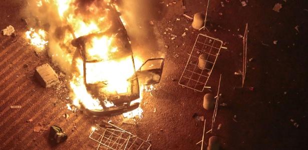 Veículo da TV Record incendiado nesta terça-feira (18), no sexto dia dos protestos que começaram contra o aumento da tarifa do transporte coletivo