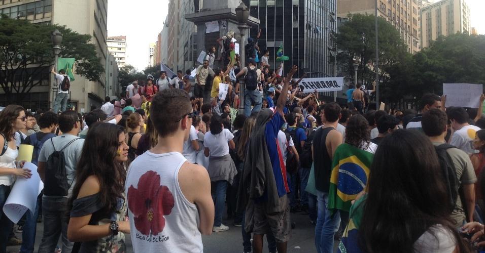 19.jun.2013 - Manifestantes reúnem-se pelo terceiro dia na praça Sete, em Belo Horizonte, em protesto contra o preço da tarifa de transporte público, entre outras reivindicações. O protesto realizado no fim da tarde de ontem foi marcado por saques e quebra-quebra generalizado