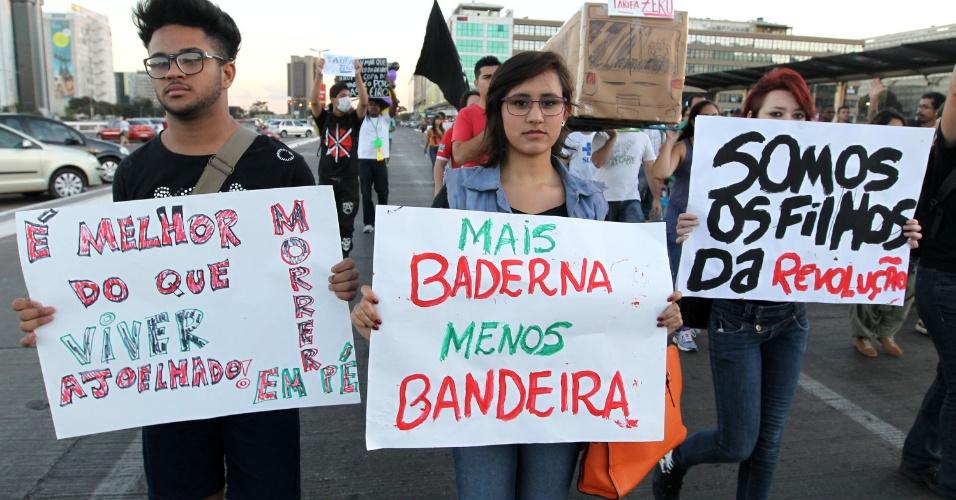 19.jun.2013 - Cerca de 1.300 manifestantes ocupam uma faixa da avenida W3 Sul, em Brasília, em frente ao shopping Pátio Brasil em protesto contra várias causas. A faixa está fechada para a passagem de carros e ônibus