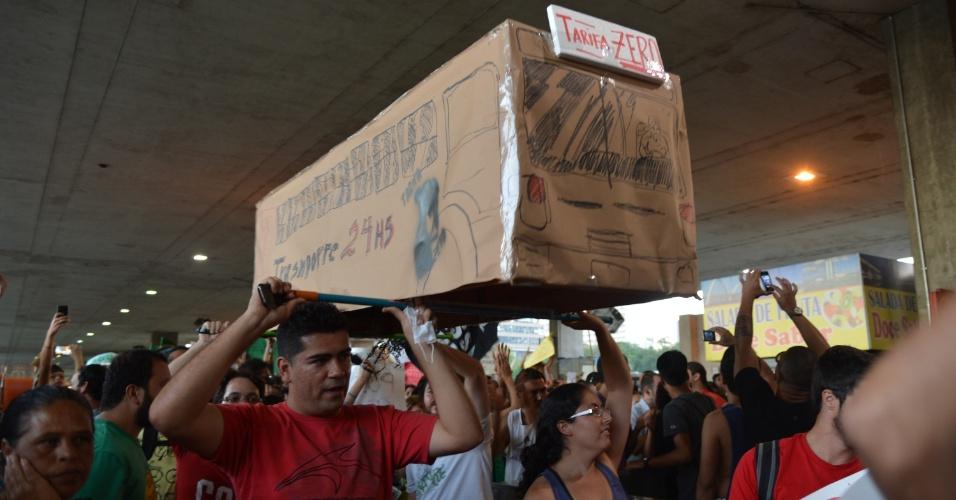 """19.jun.2013 - Cerca de 600 pessoas, segundo a Polícia Militar, marcham por uma das principais ruas da capital federal pedindo tarifa zero para o transporte coletivo. Ele seguem munidos com cartazes """"Tarifa zero"""" e """"Passe Livre"""""""