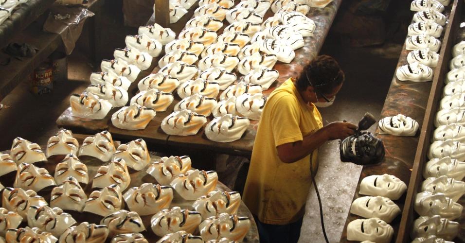 19.jun.2013 - Fábrica de máscaras de São Gonçalo, no Rio de Janeiro, trabalha para fazer os modelos usados nas manifestações contra o aumento das passagens de ônibus no Brasil. Um dos mais pedidos é o personagem de