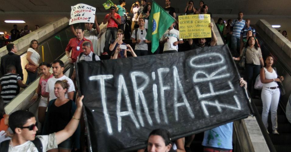 19.jun.2013 - Manifestação pela tarifa zero no transporte público em Brasília reuniu cerca de 1.300 pessoas, segundo a Polícia Militar, na rodoviária do Plano Piloto