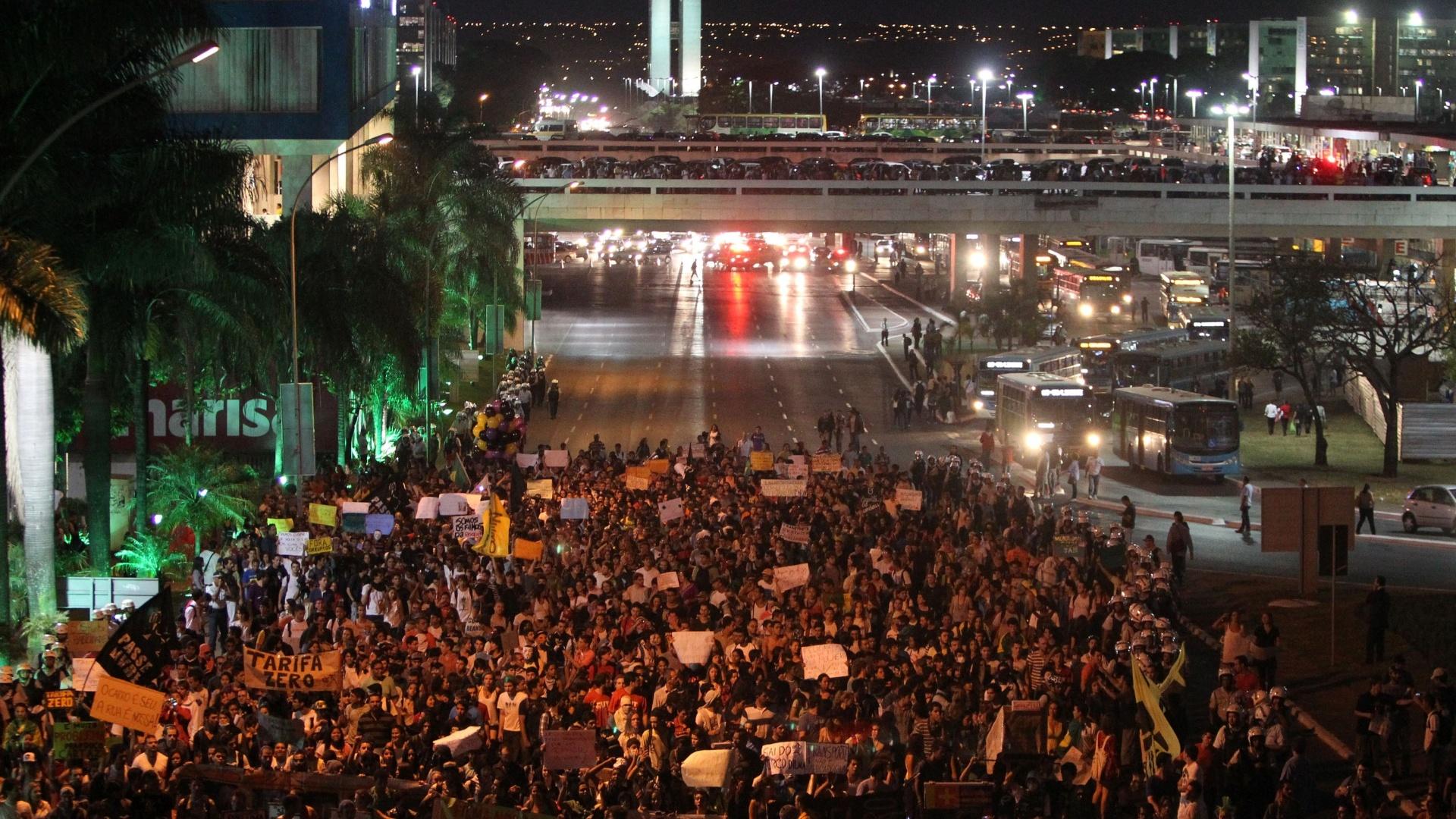 http://imguol.com/c/noticias/2013/06/19/19jun2013---manifestantes-fazem-protesto-em-brasilia-pela-tarifa-zero-no-transporte-publico-milhares-de-manifestantes-se-reuniram-na-rodoviaria-da-cidade-e-depois-seguiram-pelas-ruas-ate-o-congresso-1371692573866_1920x1080.jpg