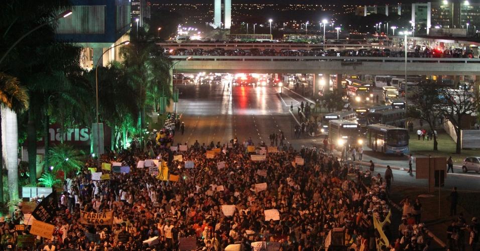 19.jun.2013 - Manifestantes fazem protesto em Brasília pela tarifa zero no transporte público. Milhares de manifestantes se reuniram na rodoviária da cidade e depois seguiram pelas ruas até o Congresso Nacional