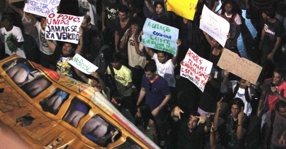 19.jun.2013 - Manifestantes fazem protesto na rodoviária do Plano Piloto, em Brasília, pela tarifa zero no transporte público. Milhares de manifestantes se reuniram na rodoviária da cidade e depois seguiram pelas ruas