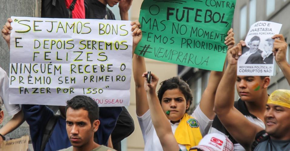 19.jun.2013 - Manifestantes reúnem-se pelo terceiro dia na praça Sete de Setembro, em Belo Horizonte e levantam cartazes em repúdio corrupção