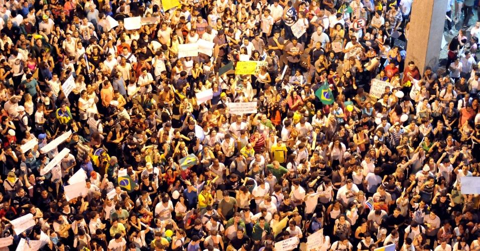 """19.jun.2013 - Manifestantes se reúnem na praça Arariboia, em Niterói, nesta quarta-feira, em protesto ao aumento da tarifa do transporte público na cidade. A Prefeitura de Niterói anunciou em nota, nesta quarta-feira, que """"a tarifa dos transportes coletivos municipais retornará ao valor de R$ 2,75"""" e deixará de custar R$ 2,95"""