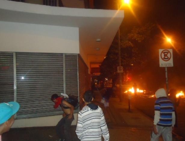 19.jun.2013 - Manifestantes queimam lixo na rua Espirito Santo, no centro de Belo Horizonte, na madrugada desta quarta-feira (19). O segundo dia seguido de protestos na cidade terminou com vandalismo e ação da tropa de choque da Polícia Militar, que chegou por volta das 0h30 ao centro para conter um grupo de manifestantes que quebrou vidraças de lojas e bancos