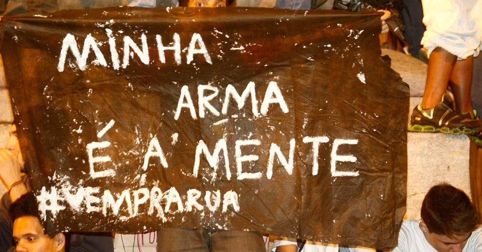 19.jun.2013 - No terceiro dia seguido de protestos no centro de Belo Horizonte, manifestantes exibem cartazes convidando a população a participar das manifestações
