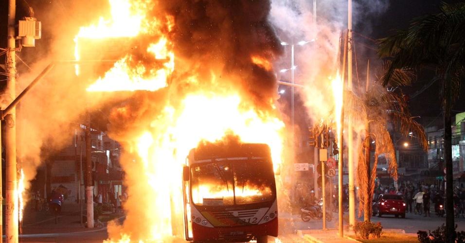 19.jun.2013 - Ônibus é incendiado durante protesto contra o aumento das passagens de ônibus, trens e metrô, em Cubatão (SP), nesta terça-feira (18). Também houve saques a estabelecimentos comerciais da cidade