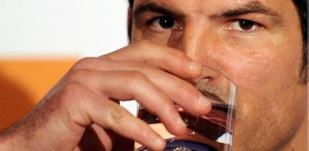Beber bastante água é bom para a pele: mito ou realidade?