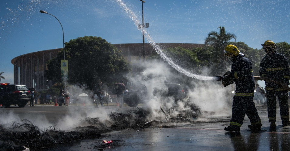 14.jun.2013 - Manifestantes queimam pneus e bloqueiam o acesso para o estádio Mané Garrincha, em Brasília, um dos seis estádios-sede da próxima Copa das Confederações, durante protesto contra a política do governo referente às despesas para a Copa do Mundo de 2014. O protesto foi liderado pelo MTST (Movimento dos Trabalhadores Sem Teto)