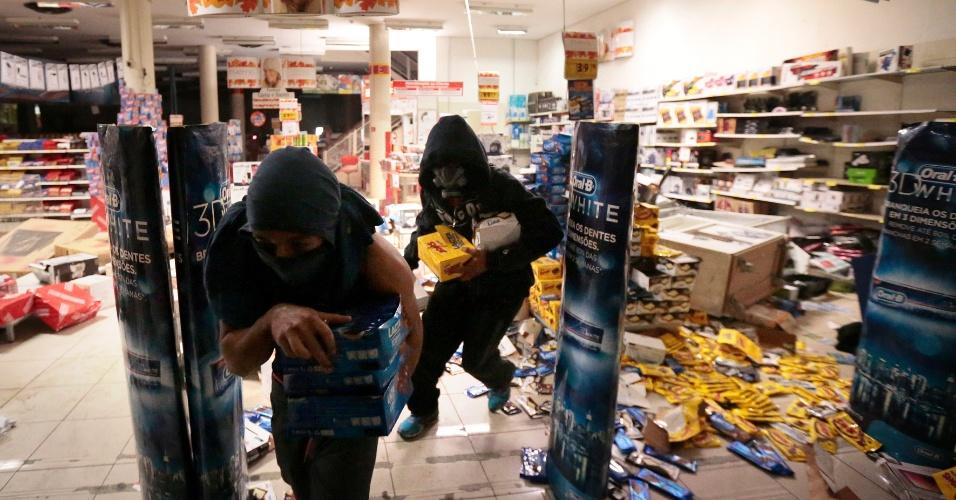 19.jun.2013 - Loja do centro de São Paulo é saqueada após 6º ato contra aumento das tarifas de transporte