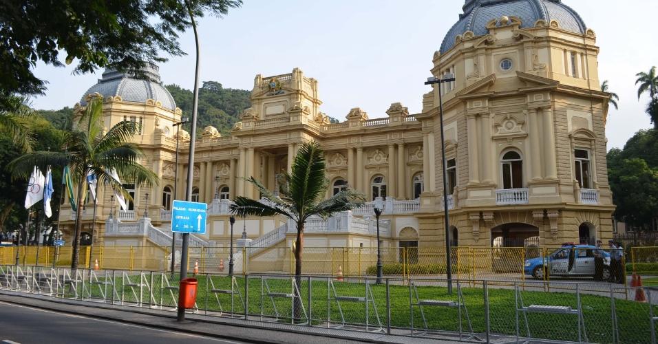 20.jun.2013 - A segurança do Palácio Guanabara, sede do governo do Rio de Janeiro, é reforçada com grades e policiais nesta quinta-feira (20), para o protesto
