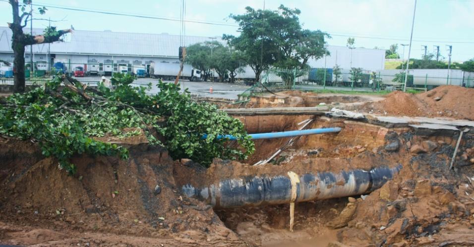 20.jun.2013 - As fortes chuvas que castigam Salvador (BA) nos últimos aumentou ainda mais o tamanho de uma cratera na BR-324. O fornecimento de água teve de ser interrompido em 27 bairros da capital por causa do buraco na via