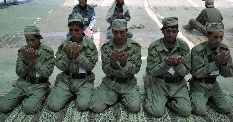 20.jun.2013 - Cadetes da Polícia Local Afegã rezam, na manhã desta quinta-feira (20), na academia de polícia nas proximidades de Jalalabad. As forças afegãs assumiram oficialmente o controle da segurança do país em 18 de junho. O controle da segurança do país estava nas mãos da Otan desde a queda dos talibãs no fim de 2001