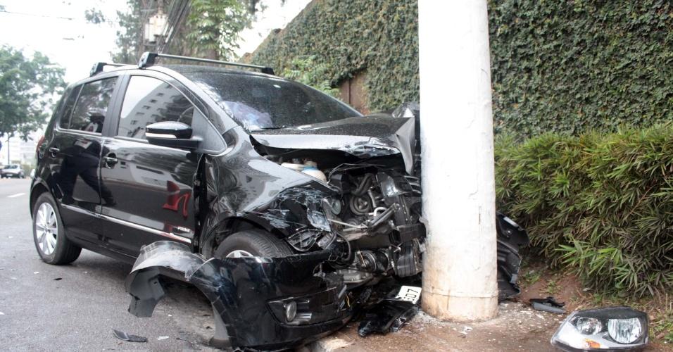 20.jun.2013 - Carro bate em poste na avenida Giovanni Gronchi, altura do número 4.499, na Vila Andrade, zona Sul de São Paulo (SP). A vítima foi socorrida e levada ao hospital da região
