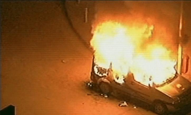 20.jun.2013 - Carro da emissora de TV SBT é incendiado durante protesto no centro do Rio de Janeiro, nesta quinta-feira (20)