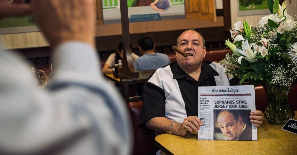"""20.jun.2013 - Donald Metzger, imitador do personagem Tony Soprano, posa com edição desta quinta-feira (20) de um jornal norte-americano, cuja manchete dá destaque para a morte do ator James Gandolfin, no restaurante Holsten, local onde foi filmada a última cena de """"Famíia Soprano"""". O protagonista da série de TV morreu aos 51 anos, vítima de um ataque cardíaco, nesta quarta-feira (19)"""