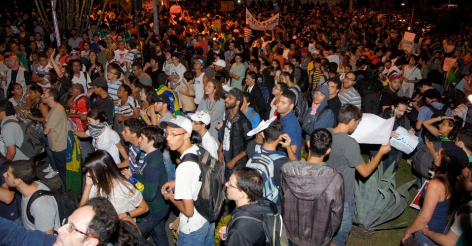 20.jun.2013 - Em Belo Horizonte, cerca 15 mil pessoas ocupam o centro da cidade, segundo a Polícia Militar. Os manifestantes prometem para o próximo sábado, durante o jogo entre Japão e México, uma grande manifestação no entorno do estádio.