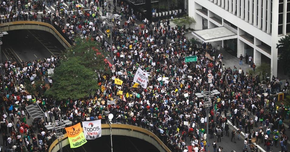 20.jun.2013 - Em imagem aérea, manifestantes fecham os dois sentidos da avenida Paulista, na região central de São Paulo, no início da concentração para um protesto nesta quinta-feira (20), mantido mesmo após a redução das passagens de ônibus, metrô e trem na capital paulista, anunciada ontem