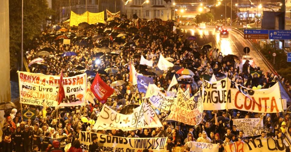 20.jun.2013 - Em Porto Alegre, cerca de 10 mil manifestantes participam de protesto contra o serviço de transporte público, entre outras reivindicações, segundo a Brigada Militar