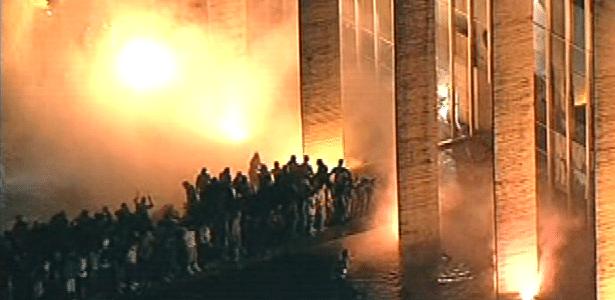 Foco de incêndio é visto em frente a sede do Ministério das Relações Exteriores, em Brasília, durante mais uma noite de protesto na capital federal