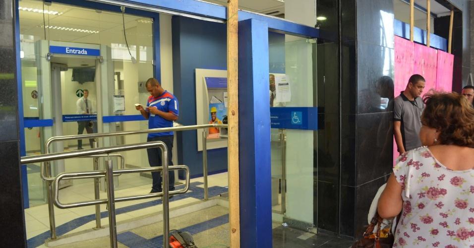 20.jun.2013 - Funcionários cobrem com tapumes a fachada de uma agência bancária na avenida Amaral Peixoto, em Niterói (RJ), nesta quinta-feira (20). Várias estabelecimentos na região foram depredados durante protesto na noite desta quarta-feira (19)