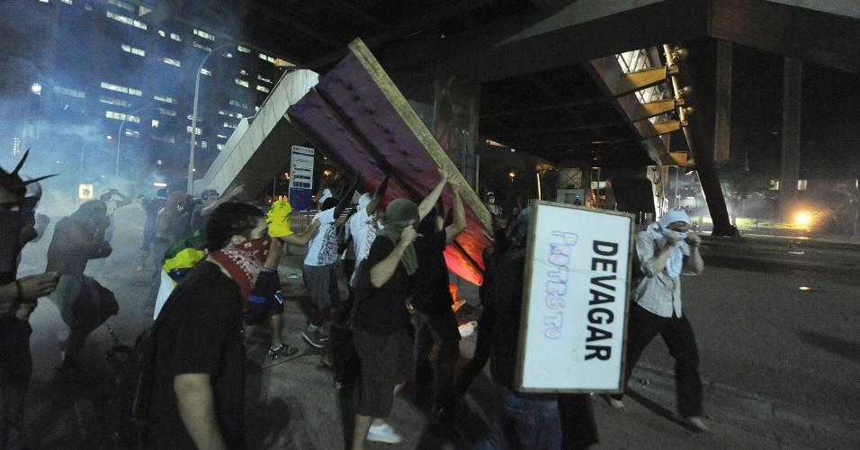 20.jun.2013 - Manifestantes carregam cartazes em frente a Prefeitura do Rio de Janeiro (RJ) na noite desta quinta-feira, em mais uma noite de protesto na capital fluminense